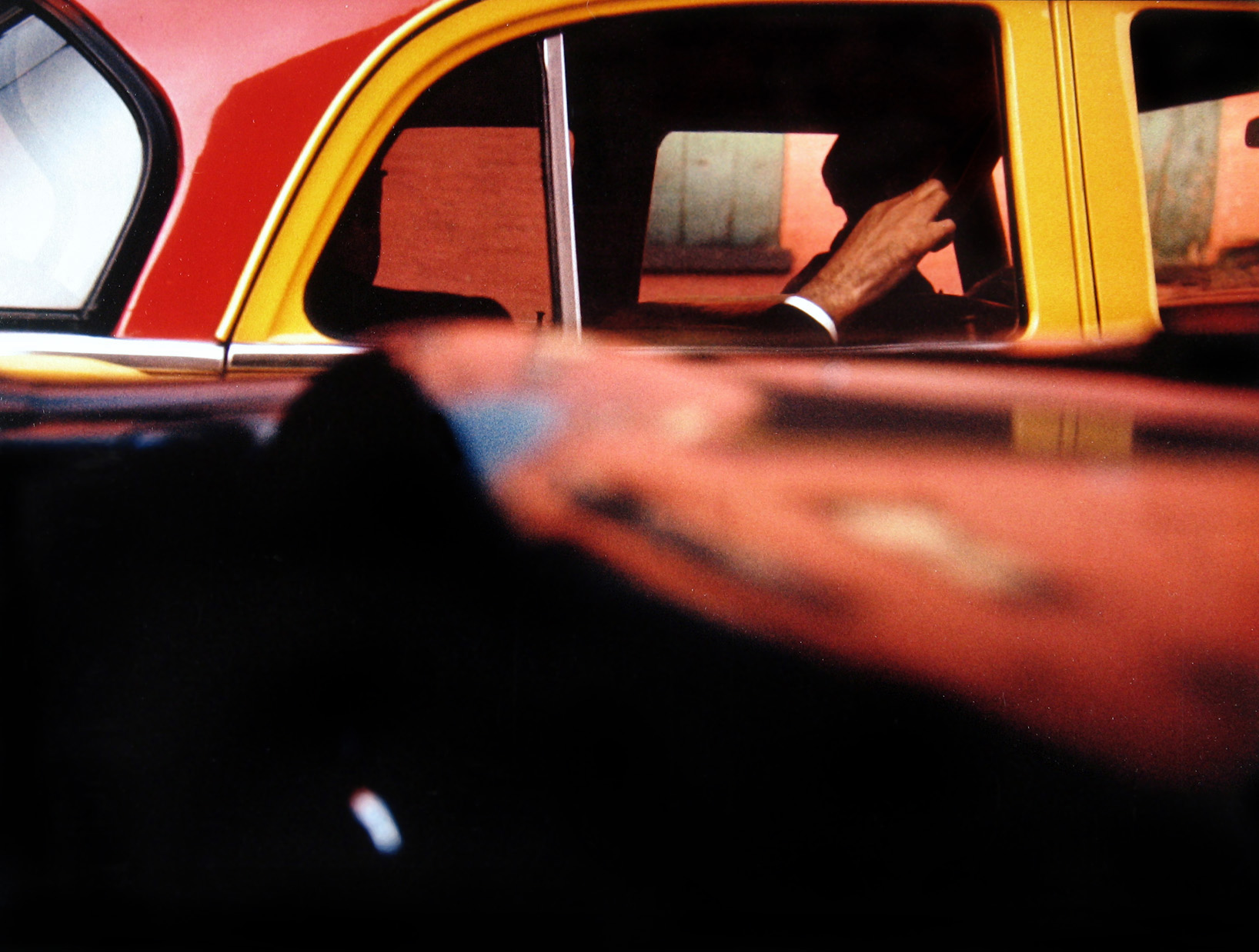 Saul Leiter Taxi, ca. 1957 © Saul Leiter Courtesy: Saul Leiter, Howard Greenberg Gallery, New York. Aus der Ausstellung SAUL LEITER - RETROSPEKTIVE im Haus der Photographie in den Deichtorhallen, 3.2.2012 - 15.4.2012.
