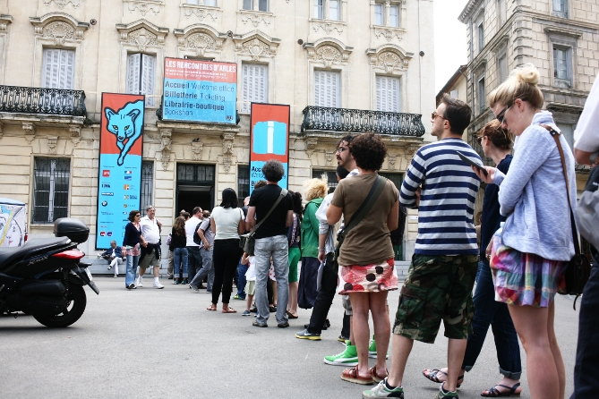 Schlange des Ticketschalters bei den Rencontres d&#039;Arles