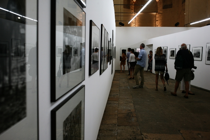 Ausstellungansicht der Josef Koudelka Ausstellung in Arles